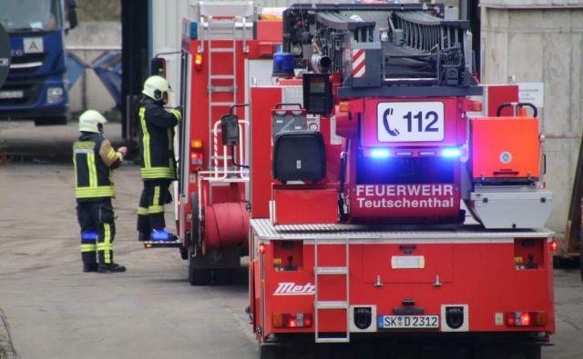 Reševalne in gasilske enote so hitro poskrbele za vseh 37 ujetih delavcev. FOTO: Marvin Gaul/Reuters
