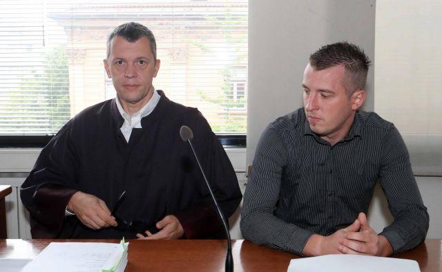 Žiga Valjavec na prejšnjem naroku, ko ga je zastopal še odvetnik Boris Kanduti. FOTO: Igor Mali