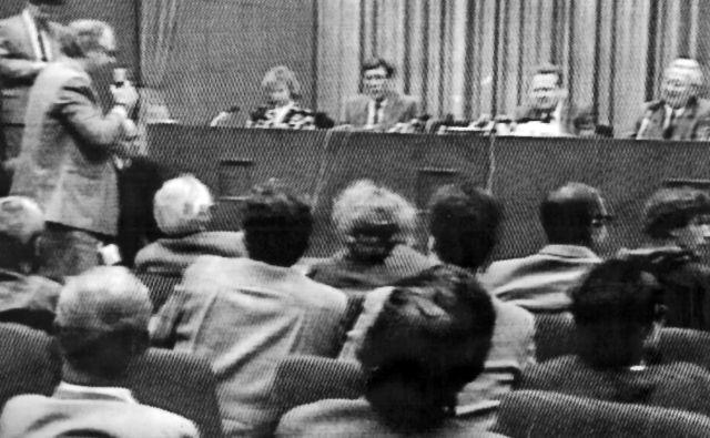 Tiskovna konferenca, po kateri Nemčija ni bila več ista. 9. november 1989, za govorniškim odrom Günter Schabowski. Peter Brinkmann stoje zastavlja ključno vprašanje. Foto Osebni Arhiv P. Brinkmanna