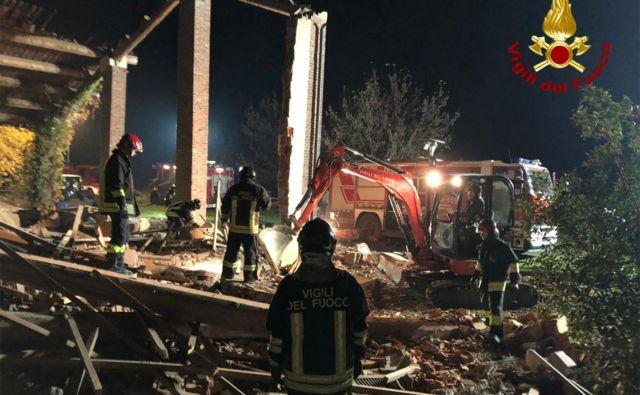 Gospodarski objekt sta v noči s ponedeljka na torek uničili dve eksploziji, za gasilce je bila usodna druga. FOTO: AFP