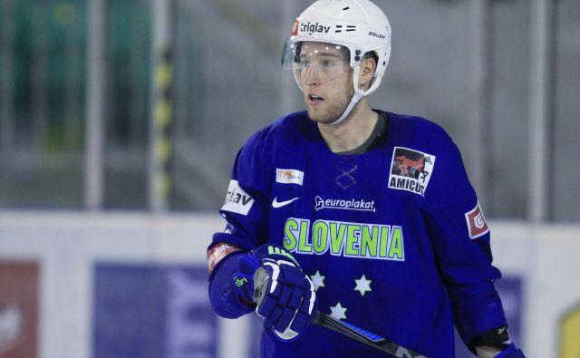 Robert Sabolič je že desetletje med vodilnimi slovenskimi hokejisti, tokrat pa ga v Latviji zaradi poškodbe kolena ni bilo. FOTO: Leon Vidic/Delo