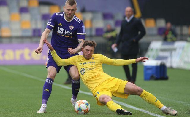 Mariborčani so bili igrivi in učinkoviti, eden od najboljših je bil tudi Romun Alexandru Cretu (levo), medtem ko je bil Domžalčan Matej Podlogar osmoljenec tekme. FOTO: Tadej Regent/delo.