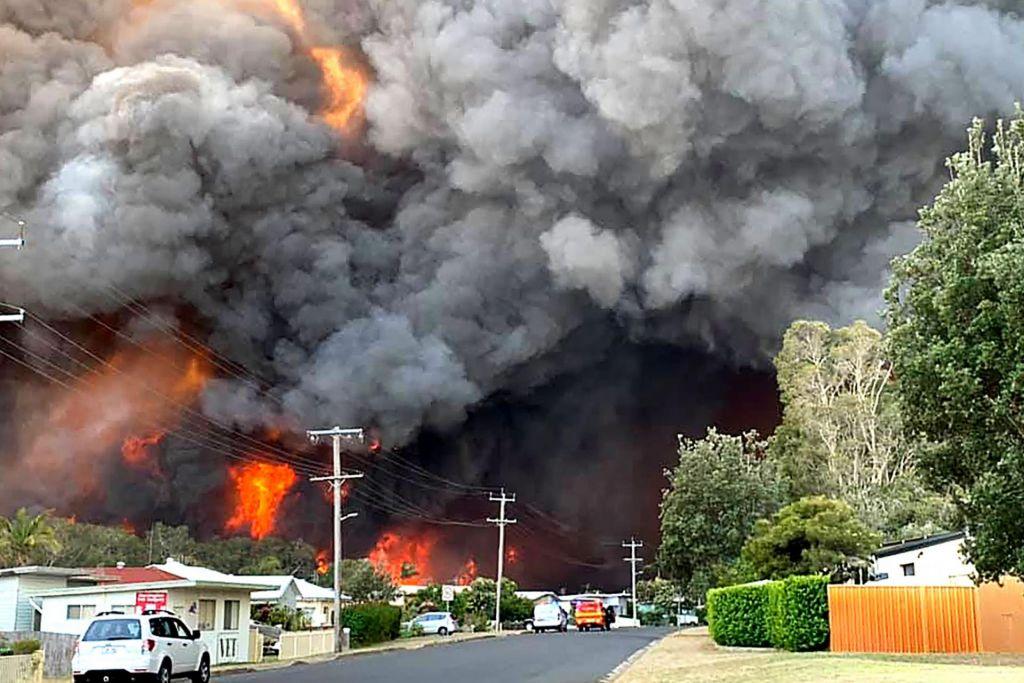 Ogenj uničil več kot 150 hiš: »Poiščite zavetje, saj je prepozno za beg«