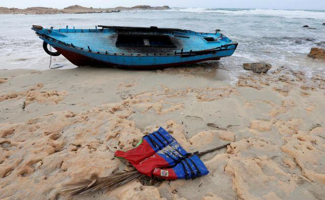 Čoln migrantov ob obali Libije. FOTO: Ismail Zetouni/Reuters