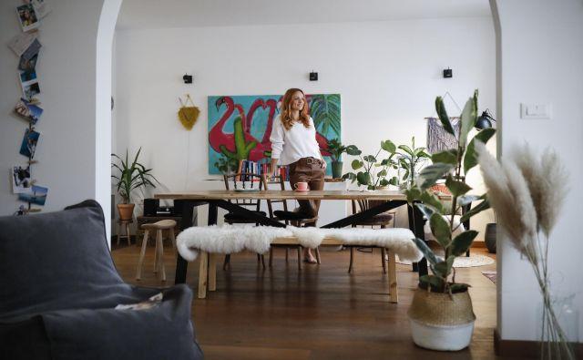 Poleg velike mize, kjer je središče domačega dogajanja, je Jana hotela imeti tudi klop, ker je to element, »ki poveže ljudi.« FOTO: Uroš Hočevar