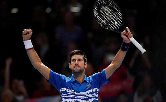 Novak Đoković bi sezono rad sklenil kot številka 1 na svetovni lestvici, ki jo zdaj zaseda Rafael Nadal. Dobil je prvi dvoboj sklepnega turnirja v Londonu. FOTO: Reuters
