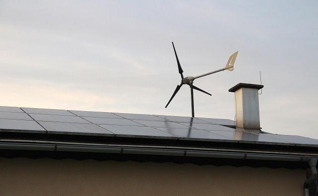 »Če je poletje sončno, sem samooskrben z električno energijo,« pravi Jože Kučinič iz Konca vasi, ki ima doma hibridni sistem oskrbe z energijo: poleg fotovoltaičnih panelov je postavil tudi malo vetrno elektrarno. Foto Simona Fajfar