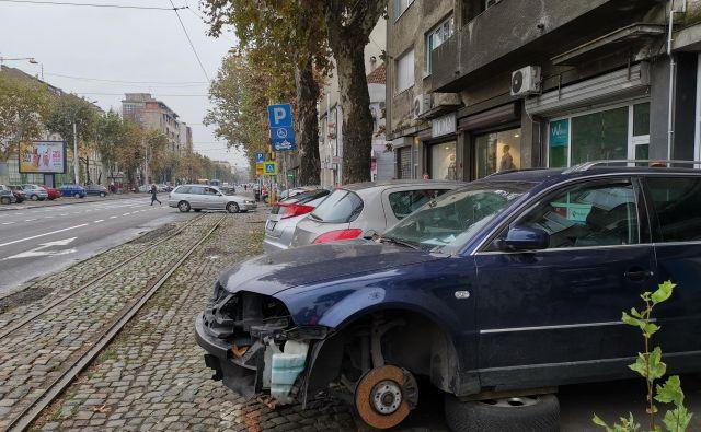 Kam z rabljenimi avtomobili? Na Balkanu so ti posebno ekološko breme. Veliko jih konča kar ob cesti. FOTO: Milena Zupanič