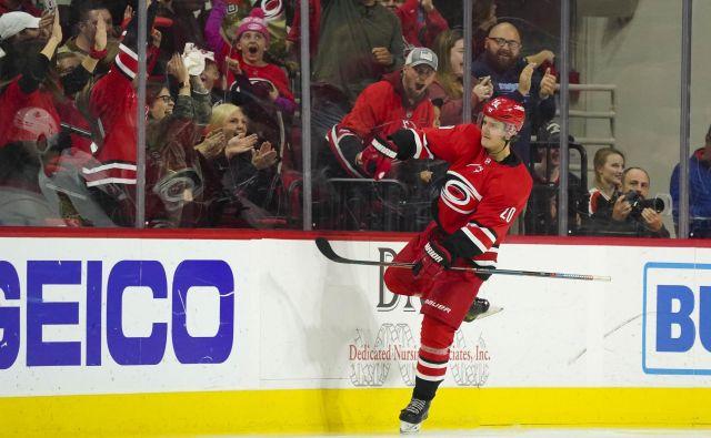 Finski zvezdnik Sebastian Aho se je takole veselil svojega prvega gola za Carolino proti Ottawi. FOTO: Usa Today Sports