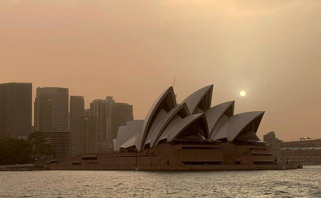 Požari so se že tako približali Sydneyju, da je bilo dim mogoče videti od sydneyjske opere. FOTO: John Mair/ Reuters