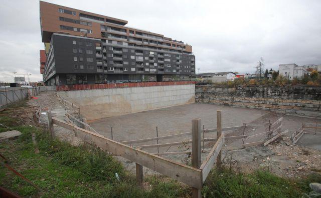 V gradbeni jami ob Celovški je vse pripravljeno za gradnjo dveh stolpnic, glavni izvajalec del pa še ni izbran. Foto Mavric Pivk