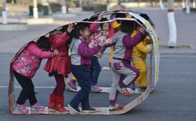 Brezskrbno otroško igro v kitajskih vrtcih vedno večkrat prekinejo neuravnovešeni napadalci. Slika je simbolična. FOTO: China Daily/Reuters