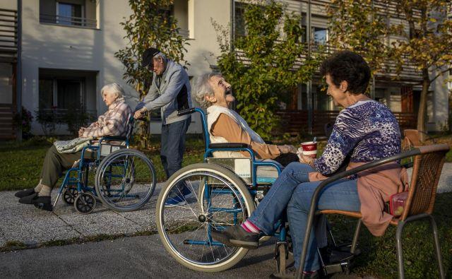 Na razlike v cenah domov za starejše vplivajo velikost oziroma kapaciteta enote, struktura uporabnikov po kategorijah oskrbe, lastništvo oziroma najem zgradbe in opreme, delež standardnih in nadstandardnih prostorov, lokacija in starost zgradbe in opreme... Foto Voranc Vogel