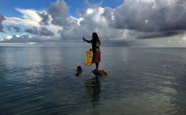 Nekateri najbolj idilični kotički na svetu za življenje in obisk ter sprostitev oči in uma – izginjajo. Med njimi so Kiribati, ki jih sestavlja 33 atolov in otokov in so le malo nad morsko gladino. FOTO: Reuters