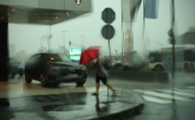 Dež bo oslabel šele jutri proti večeru. FOTO: Jure Eržen/Delo