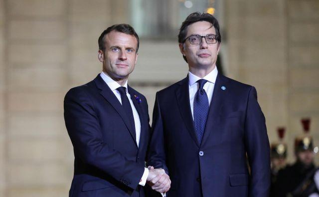 Steva Pendarovskega (desno) je zanimalo, kako naj pojasnijo ljudem, da so kljub boleči spremembi imena države ostali praznih rok. FOTO: Ludovic Martin/AFP