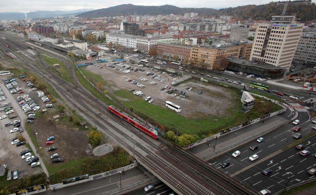 Zemljišče, kjer naj bi zrasel sodobni potniški center Emonika, že več let sameva, na njem rastejo zgolj parkirišča. Foto Mavric Pivk