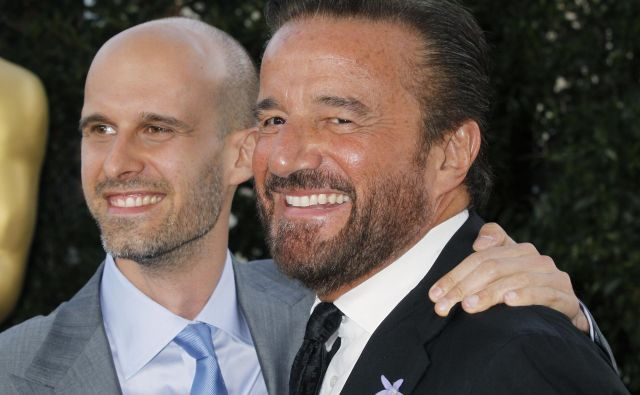 Christian De Sica (desno) na fotografiji pozira z igralcem Edoardom Pontijem. FOTO: Fred Prouser/Reuters