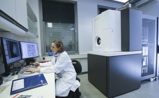 Novo opremo so kupili s sredstvi NIB, agencije za raziskovalno dejavnost, oddelka za biologijo biotehniške fakultete in Kemijskega inštituta, med prvimi pa je mikroskop preizkusila dr. Magda Tušek Žnidarič.<br /> Foto Jože Suhadolnik