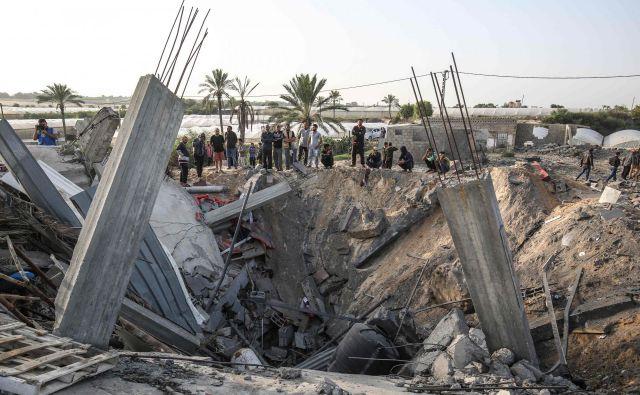 Posledice izraelskega zračnega napada na jugu Gaze. Foto: AFP