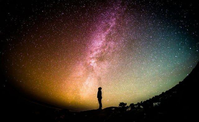 Če je vesolje okroglo, morda pri opazovanju neba gledamo nazaj proti Zemlji. Foto Shutterstock