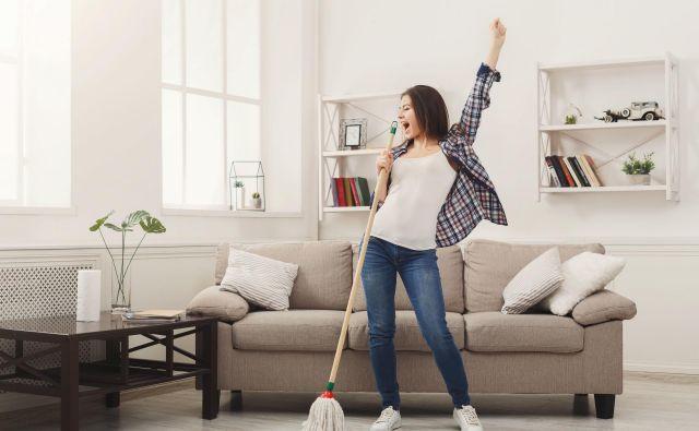 Ne glede na to, kako se trudimo pri pospravljanju in čiščenju, včasih pozabimo na določene predmete, ki veljajo za ene izmed najbolj umazanih v gospodinjstvu. FOTO: Shutterstock