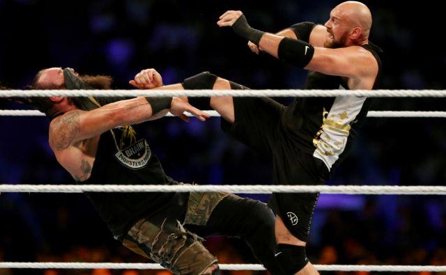 Tyson Fury (desno) je z nedavno zmago nad Braunom Strowmanom v wrestlingu zaslužil skoraj petnajst milijonov evrov. FOTO: Reuters