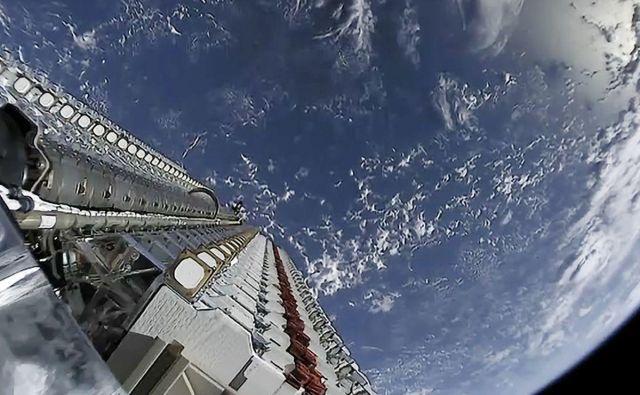 Vseh 60 satelitov tik preden jih je avtomatski mehanizem spustil v breztežnostni prostor. Foto SpaceX Foto Spacex