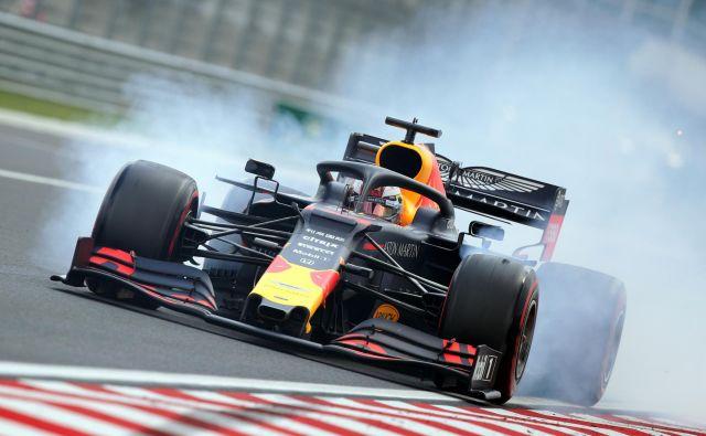 Max Verstappen se v Red Bullu počiti kot doma, a se utegne preseliti k Mercedesu ali Ferrariju. FOTO: Reuters