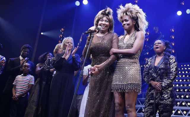 Tina Turner (na fotografiji levo) in Adrienne Warren (desno), ki jo igra v muzikalu Tina – The Tina Turner Musical, na premieri prejšnji teden. FOTO: AFP