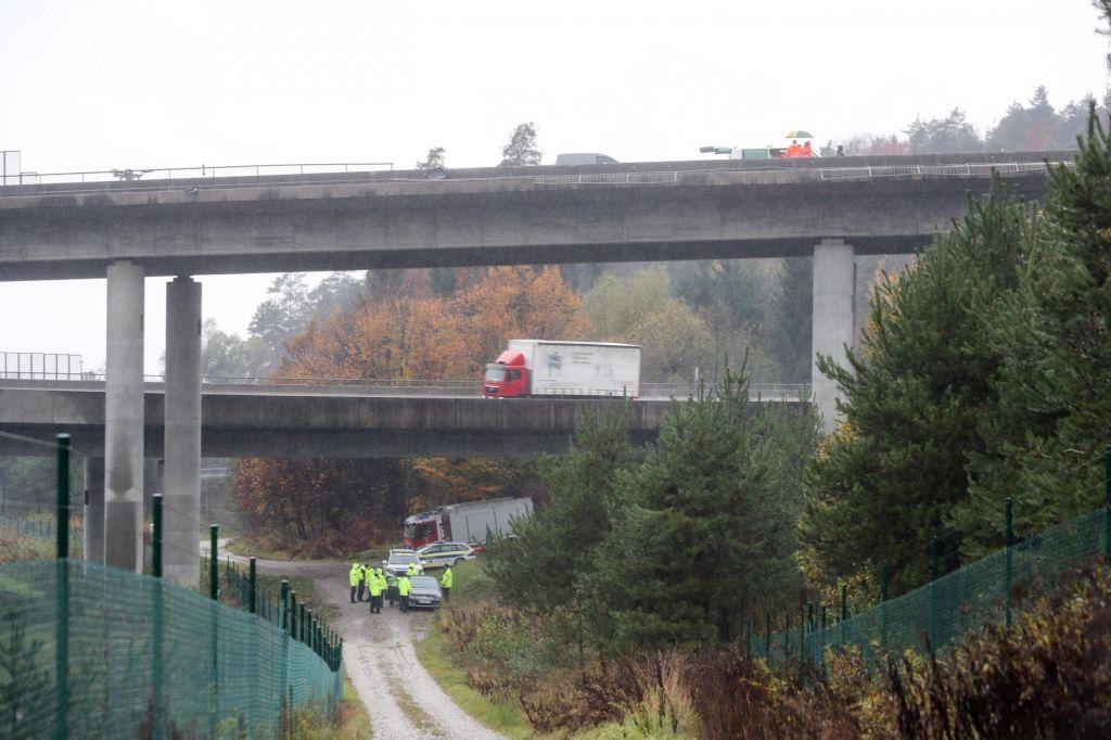 FOTO:53-letni voznik tovornega vozila, ki je padlo z viadukta Malence, je umrl