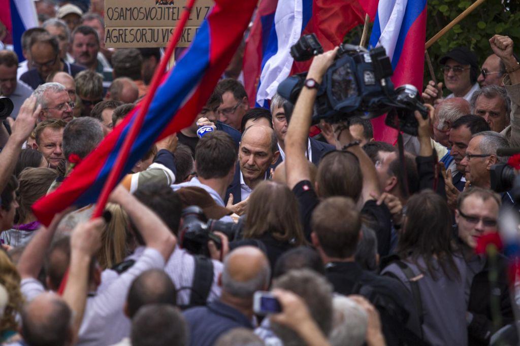 Odločanje o skoraj milijon evrov odškodnine Janezu Janši preloženo