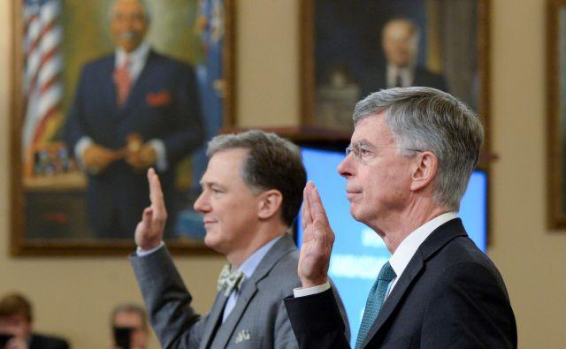 Visoki diplomat ameriškega zunanjega ministrstva George Kent in nekdanji odpravnik poslov v Ukrajini William Taylor med prisego pred kongresnim odborom za obveščevalne zadeve. Foto Reuters