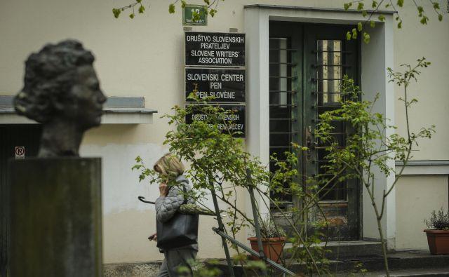 V kulturnem novinarstvu velja nenapisano pravilo, da Društvo slovenskih pisateljev vljudno ignoriramo. FOTO: Jože Suhadolnik