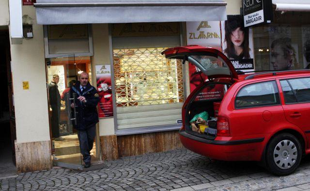 Združba se je lotila tudi zlatarne na Vetrinjski ulici. FOTO: Tadej Regent