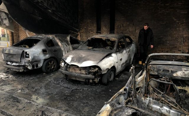Sprva so zakrožile informacije, da je bil prvi zažgan avtomobil v lasti policista, a je policija to zanikala. FOTO: Jure Eržen/Delo