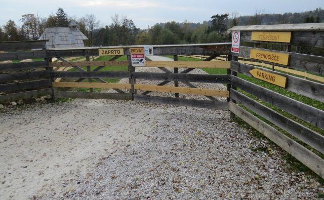 Vhod v Eko resort je onemogočen, hkrati pa tudi dostop do priobalnega pasu. FOTO: Bojan Rajšek/Delo