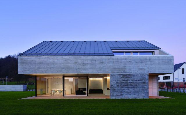 Četudi sta arhitekta upoštevala vse predpise, naklon strehe, razmerje stranic hiše, višino..., je dom za štiričlansko družino zelo drugačen od drugih v neposredni okolici. Fotografije Miran Kambič