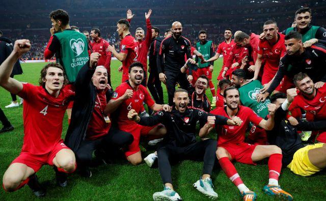 Kljub razpletu brez golov proti Islandiji so se turški nogometaši veselili uvrstitve na EP. FOTO: Reuters
