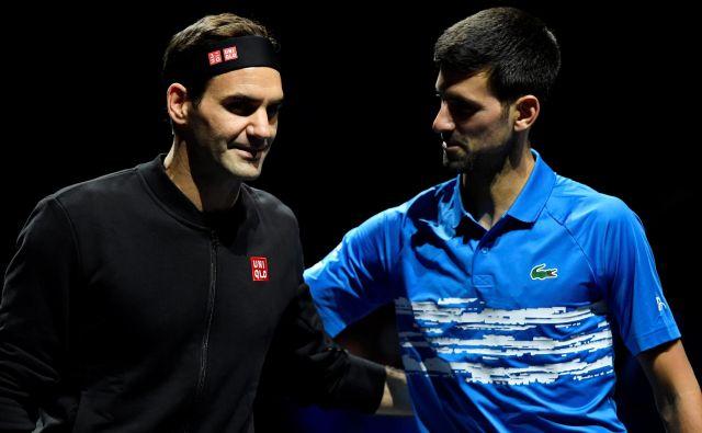 Po uvodnem porazu na zaključnem turnirju ATP se je Roger Federer (levo) pobral in za konec skupinskega dela premagal ter izločil velikega teniškega tekmeca Novaka Đokovića. FOTO: Reuters