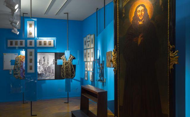 Večino okrog 500 razstavljenih predmetov hrani Mestni muzej Ljubljana, veliko jih je razstavljenih prvič. Foto Andrej Peunik