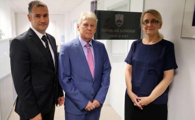 Fiskalni svet (od leve Tomaž Perše, predsednik Davorin Kračun in Alenka Jerkič) znova opozarja na tveganja v predlaganih proračunih. FOTO: Jože Suhadolnik/Delo