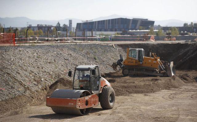 Gradbena aktivnost se je znižala predvsem zaradi manjšega obsega dela na stavbah; mesečni padec je znašal 5,9 odstotka, na letni ravni pa 12,9 odstotka. FOTO: Leon Vidic/Delo