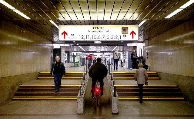 Vilharjev podhod pod glavno železniško postajo je precej obljuden, problematičen pa je predvsem pri Severnem parku, kjer se zadržujejo brezdomci. FOTO: Roman Šipić/Delo