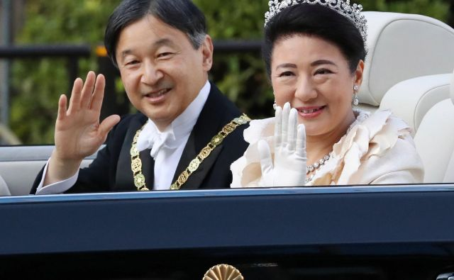 Japonski cesar Naruhito in cesarica Masako med vožnjo v cesarsko palačo. FOTO: Str/AFP