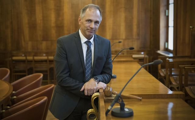 Rajko Knez, predsednik ustavnega sodišča, je izjavo poslanca SDS Žana Mahniča ob odločbi ustavnega sodišča o zadržanju preiskovalnih dejanj DZ proti tožilcem v zadevi Kangler označil kot neprimerno. FOTO: Leon Vidic/Delo