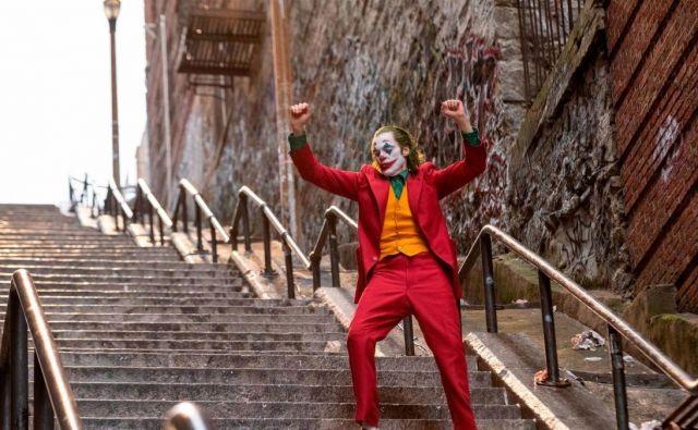 Filmski prizor: Arthur Fleck se ob ritmu pesmi Rock&Roll 2 dokončno osvobodi spon izrojene, nepravične družbe, ki je v njem vzbudila slo po nasilju.FOTO: Promocijsko Gradivo