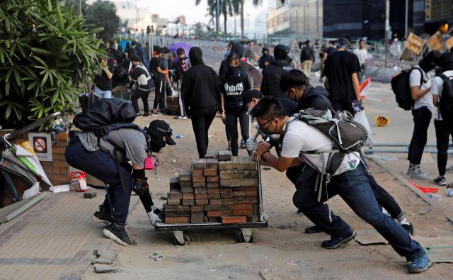Protestniki želijo z blokadami na delovne dneve zaustaviti življenje v mestu in tako okrepiti pritisk na vlado ter policijo. FOTO: Adnan Abidi/Reuters