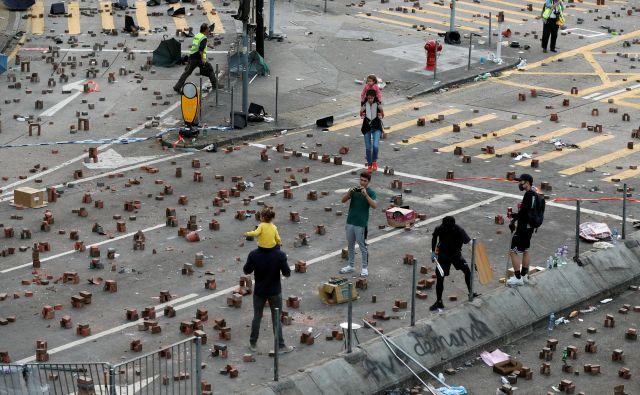 Protestniki so jemali kamnite in betonske bloke z robnikov ulic in jih zlagali v obliki »stonehengea«. FOTO: Adnan Abidi/Reuters