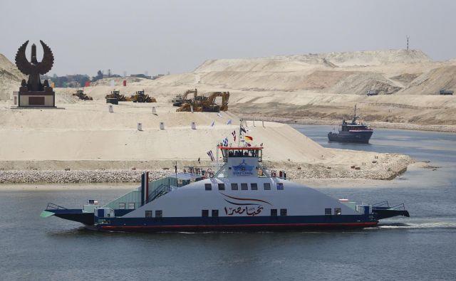 Leta 2015 so ob kanalu skopali še enega, kar je omogočilo dvosmerni ladijski promet. Foto Reuters